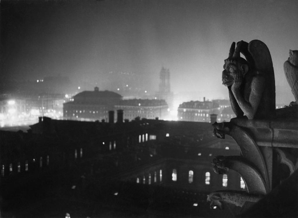 Veduta-notturna-su-Parigi-da-Notre-Dame-1933-1934-©-Estate-Brassaï