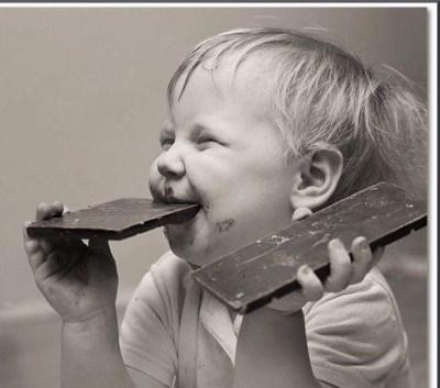 r832cm71p0-bimbo-mangia-la-cioccolata-ogni-giorno-e-buono-per-commettere-un-errore-di-felicit_a