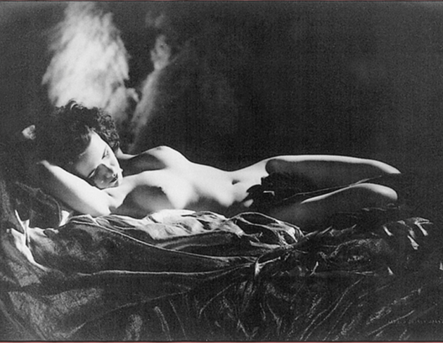 la-finestra-dei-rouet-alfred-cheney-johnston-nudo-disteso-sul-letto-1950